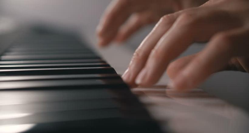 mlodziez chetnie gra na pianinie